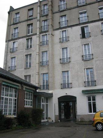 Hotel Jeanne d'Arc: Vista del hotel desde el estacionamiento