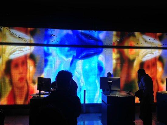 Hard Rock Hotel San Diego : Empfang - vor einer riesigen Videowand