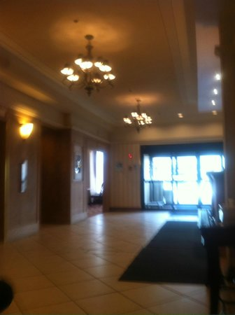 Holiday Inn Express & Suites Regina: FRONT DESK AND LOBBY