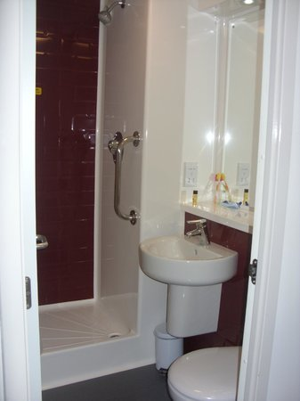 Travelodge London Bethnal Green: Bagno della camera.