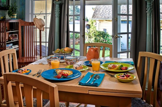The Carlton Inn Bed & Breakfast : Breakfast Table