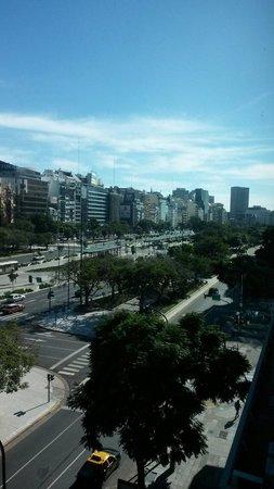 Pestana Buenos Aires: Vista desde habitación 504 (Carlos Pellegrini con Paraguay). Muy buen hotel cerca de todo.