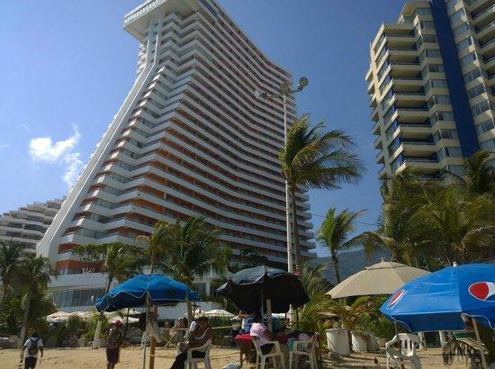 Gran Plaza Hotel Acapulco: El hotel visto desde la playa