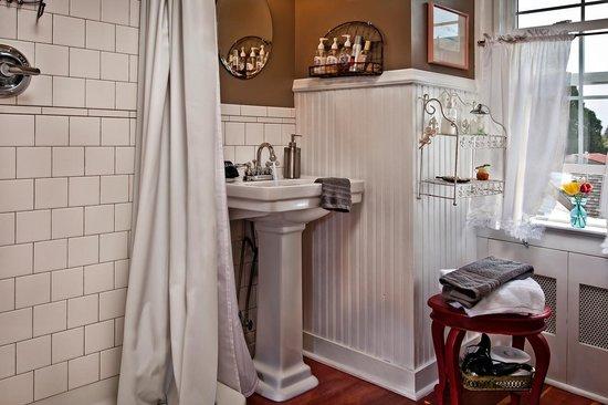 The Carlton Inn Bed & Breakfast: Dundee Hills bathroom