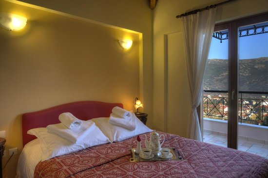Finday Suites Eco Boutique Hotel: bedroom - view to Kalavryta city