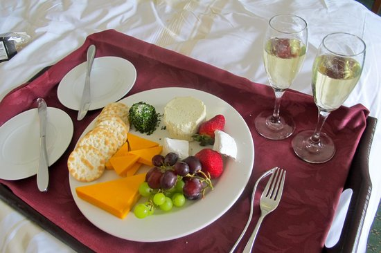 Niagara Falls Marriott Fallsview Hotel & Spa : Amazing cheese plate from room service