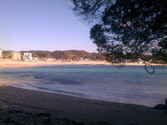 Moriya Beach: 右手の磯から砂浜を眺める