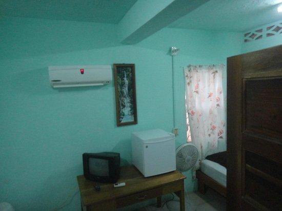 Frontier Inn: Room.