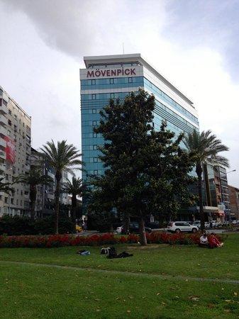 Movenpick Hotel Izmir: Hotel visto da praça