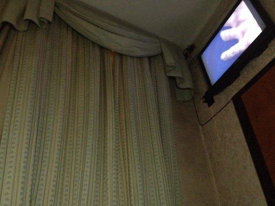 Bonciani Hotel: Tv senza staffa per girarlo verso il letto e fissato al muro.