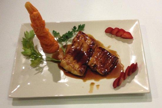 Restaurante ryugin asiático: hamachi con salsa yakitoli