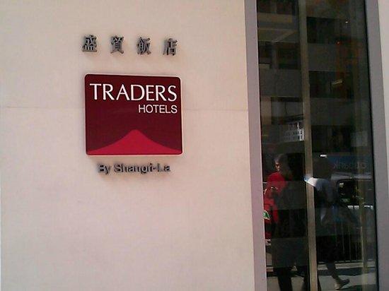 Hotel Jen Hong Kong: Front door of Traders Hotel on Queen's Road West