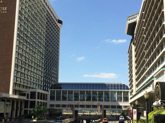 Galt House Hotel: Both sides of the Galt House