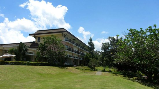 Taal Vista Hotel: Hotel Grounds