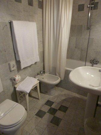 Torre Guelfa Hotel: Lovely bathroom, loved the tub! Had a modern (good!) hair dryer