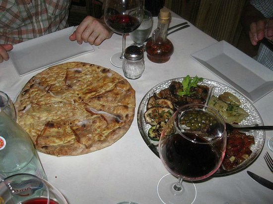 Da Elio Restaurante: flat bread served with the antipasto