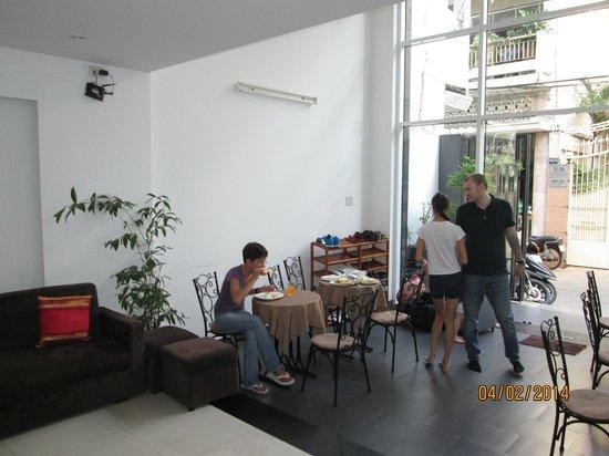 Yellow House Saigon Hotel: Foyer entry - breakfast area
