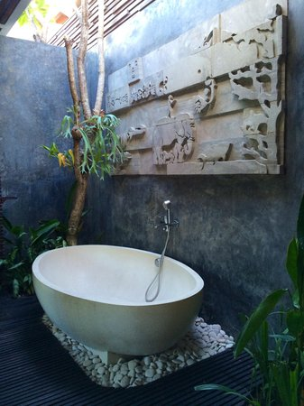 Chandra Luxury Villas Bali: Outdoor bath, 4 bedroom villa.