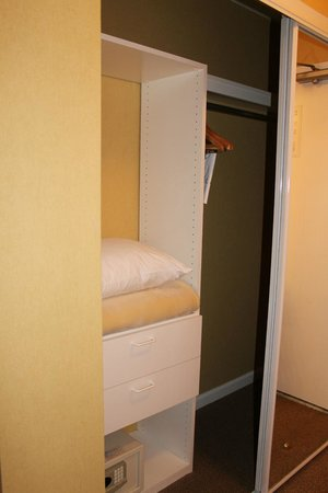 Wild Palms Hotel - a Joie de Vivre Hotel : Closet with 2 drawers