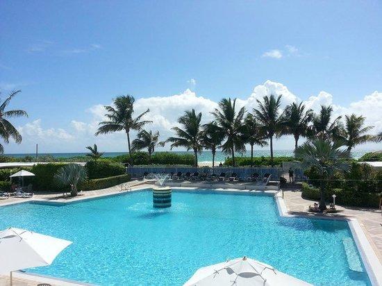 Sherry Frontenac Hotel: Vista da piscina