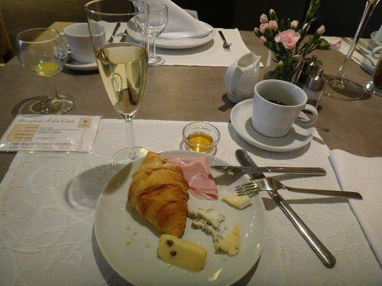 Unitas Hotel: Espumante servido no café da manhã
