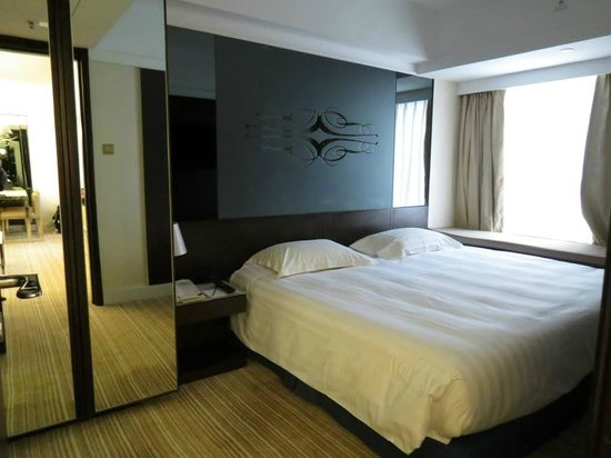 Harbour Plaza 8 Degrees: Bedroom of suite on level 11