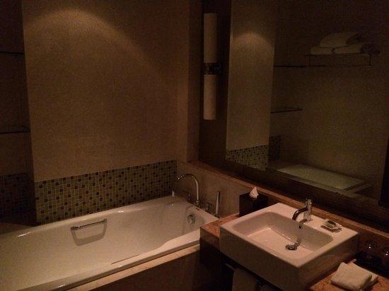 Oakwood Premier Cozmo Jakarta: Apartment 2 Bedroom Deluxe - MBR en-suite bathroom