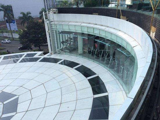 Oakwood Premier Cozmo Jakarta: Gym seen from swimming pool