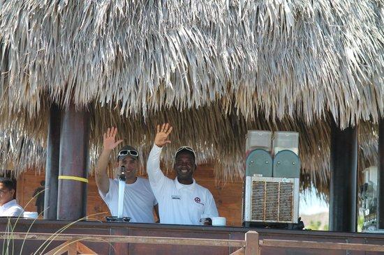 Memories Paraiso Azul Beach Resort : Mon ami Ariel le barman a droite.