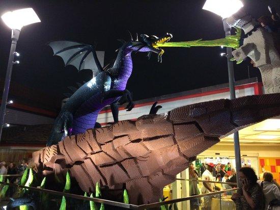 Disney Springs : Dragão e Cavaleiro em LEGO.