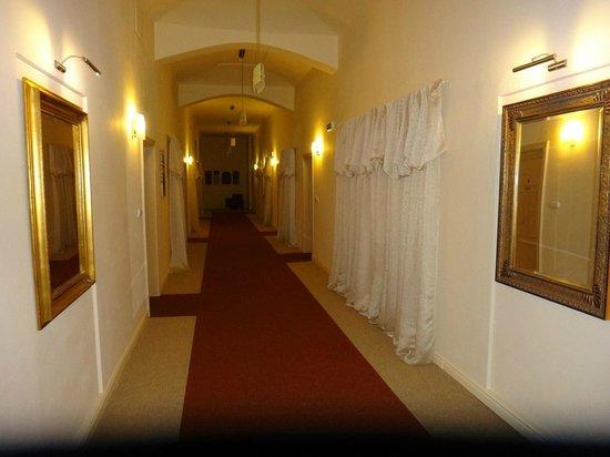 Unitas Hotel: Longos corredores decorados do antigo convento.