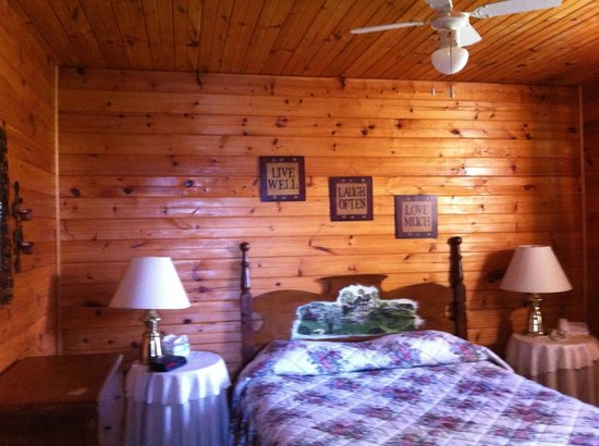 Rocky Shores & Seals Cottages: Otter Bedroom Queen Bed