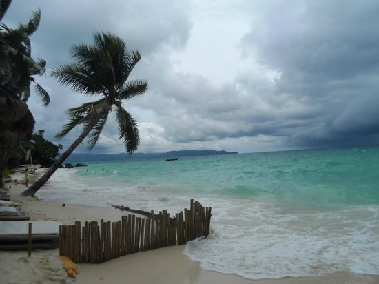 Microtel Inn & Suites by Wyndham Boracay: beach in front of the hotel