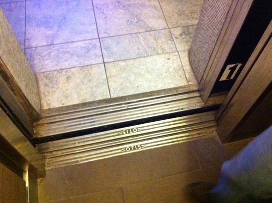 Hotel Eva: Ascensor sucio!