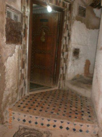 Restaurant dar hatim: Doorway to the restaurant