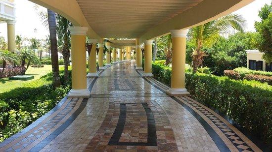 Iberostar Grand Hotel Paraiso: Walkway heading towards the pool and beach