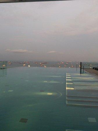 The Westin Singapore: Infinity Pool