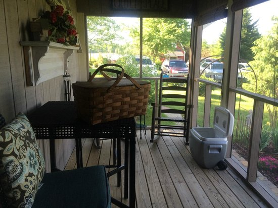 Piney Hill Bed & Breakfast: FRONT PORCH