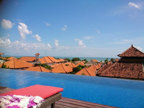 Swiss-Belinn Legian: Pool on rooftop is awesome great view for the sunset!