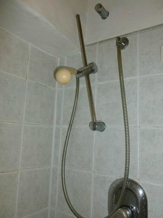 Hotel Canal : Broken shower