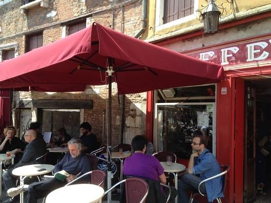 Il Caffe (aka Caffe Rosso): A Relaxed Scene
