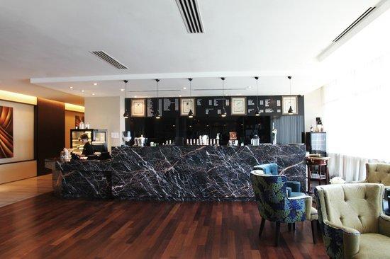 Hotel Grandis: Piano Lounge bar counter and Deli Corner