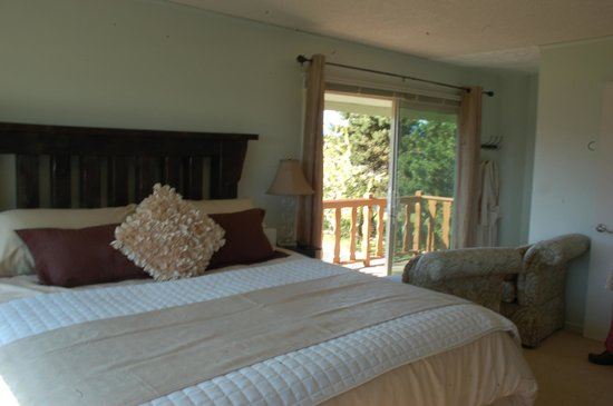 Greenhouse Inn by the Bay: Spacious Dungeness Panorama room with private balcony.
