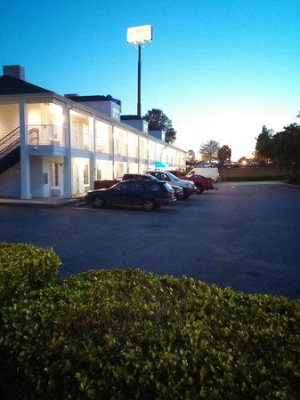 Baymont Inn & Suites Anderson Clemson : One of the two buildings. Both surround the parking lot.