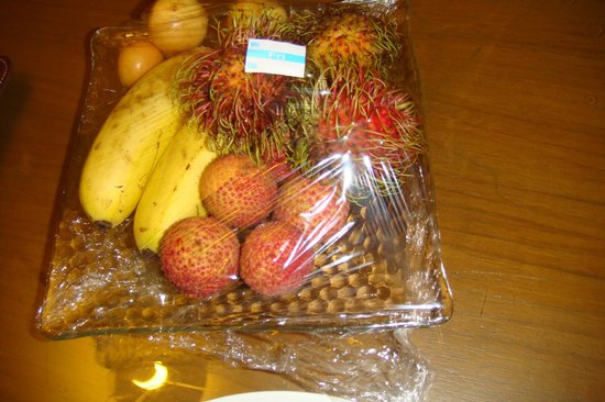 Dusit Thani Hua Hin: we have our complimentary fruit in our arrival