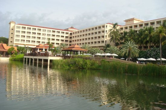 Dusit Thani Hua Hin: the exterior view of the hotel