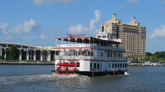 Tubby's Seafood: Boat cruise on the river start just in front of the restaurant