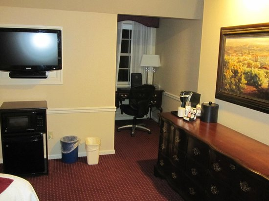 Best Western Heritage Inn: One of the dormer windows in room with desk, charging bar & quality coffee