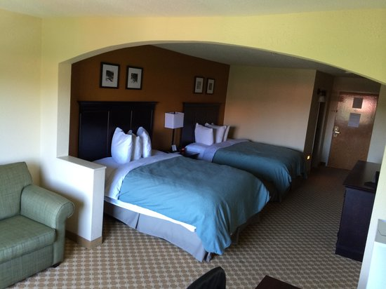 Country Inn & Suites By Carlson, Savannah Gateway : Spacious Room... Very comfrotable bed