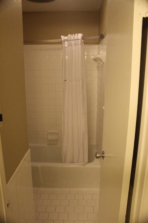 Days Inn Sonora Devils River: Tight Fit in to the small bathroom